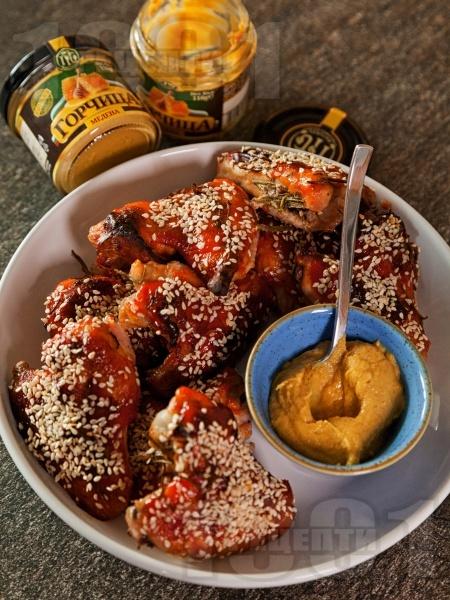 Печени мариновани пилешки крилца със сусам, мед, кетчуп и горчица - снимка на рецептата